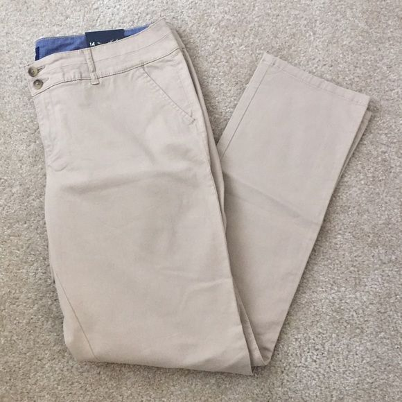 Khaki skinny trousers Khaki skinny trousers are Bnwt tts w some stretch. (absolutely no returns) American Eagle Outfitters Pants Skinny