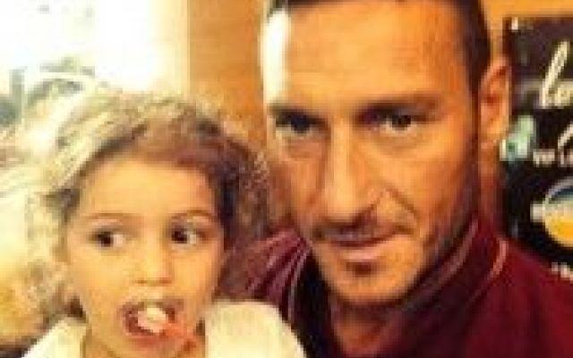 Totti e Chanel Bocconi si ritrovano ancora. #totti #roma #calcio #tournée