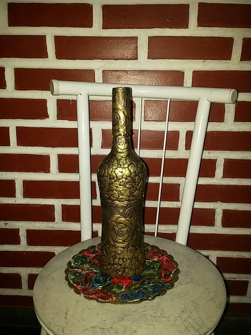 Garrafa decorada com casca de ovo