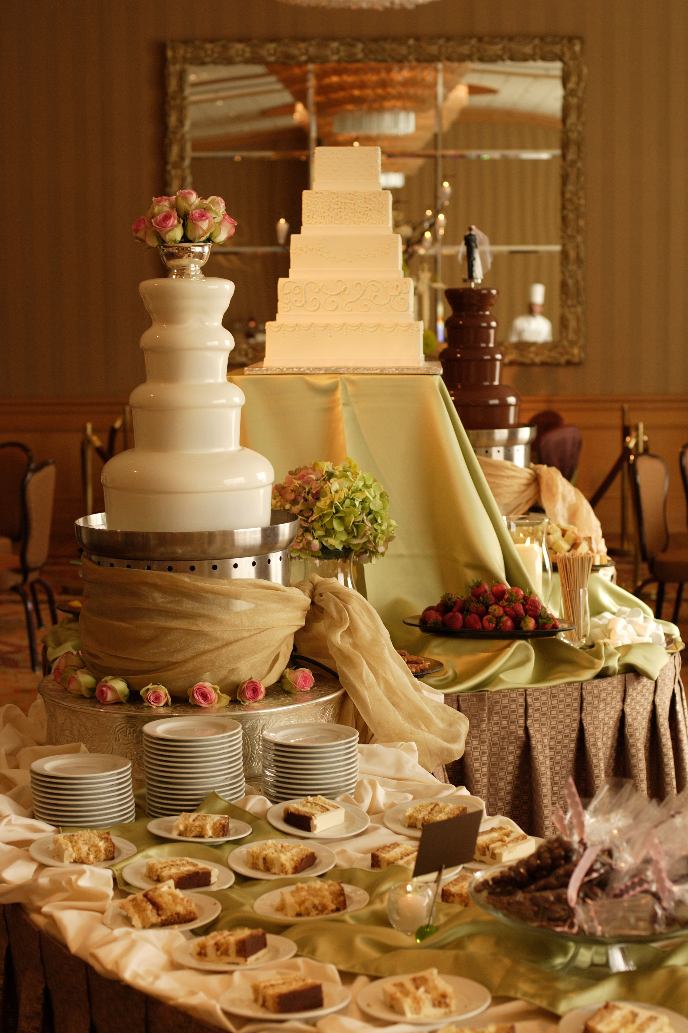 Wedding Cakes With Chocolate Fountains