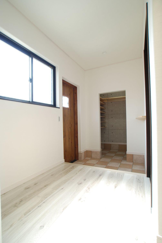 白地に木目調玄関戸が映える玄関ホール 玄関施工事例 新城市 鈴木