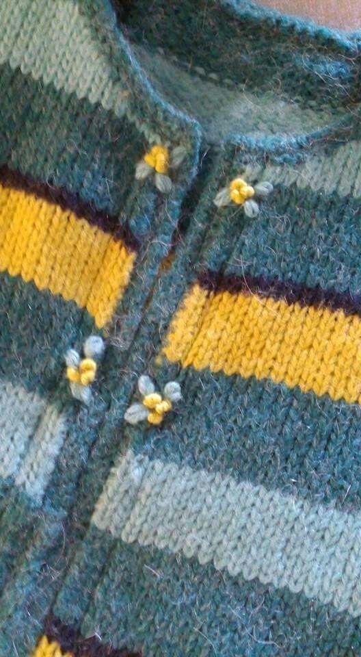 Sweater rayado con detalles de galones