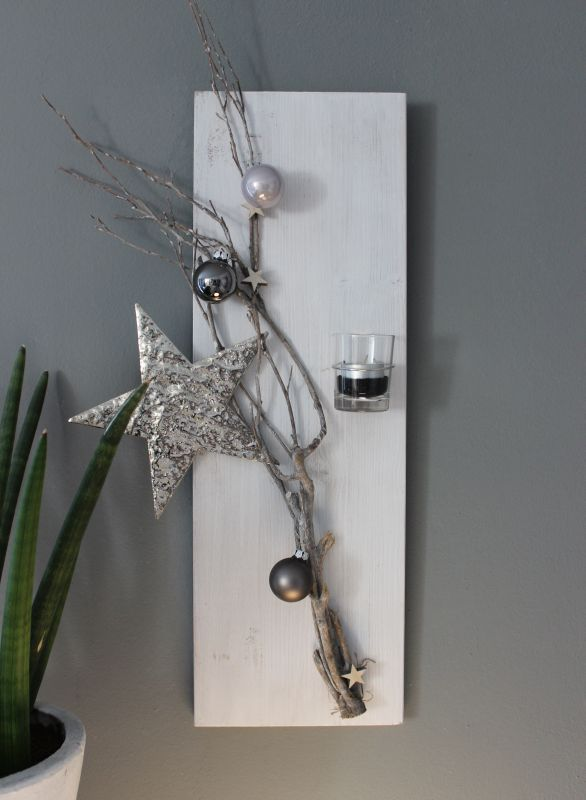 aw79 weihnachtliche wanddeko holzbrett wei gebeizt dekoriert mit einem selber machen. Black Bedroom Furniture Sets. Home Design Ideas