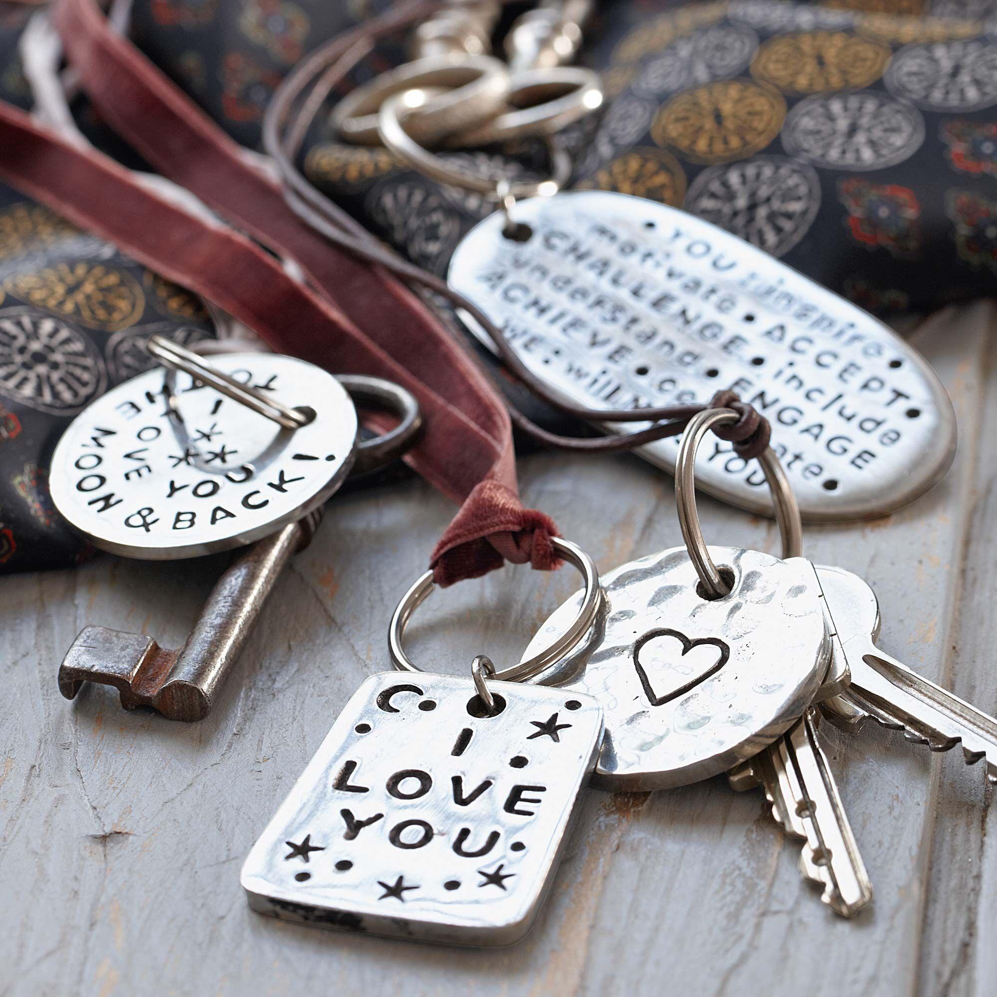 SCHLÜSSELANHÄNGER  Schlüsselanhänger mit Gravur, silberfarben. Messinglegierung. Oval. Ca. 8 x 4 cm.  Bestellnummer:5530342    ab € 12,95