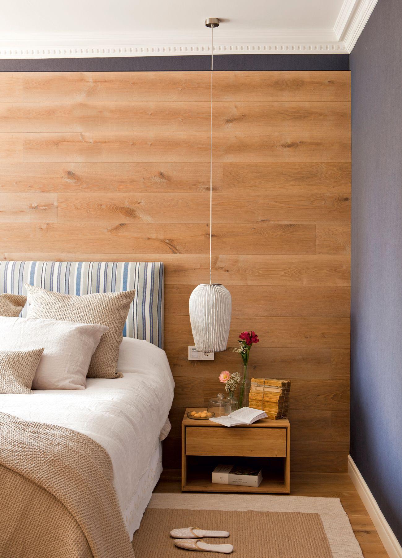 Dormitorio con una pared forrada con l minas de parquet - Forrar cabecero de cama ...