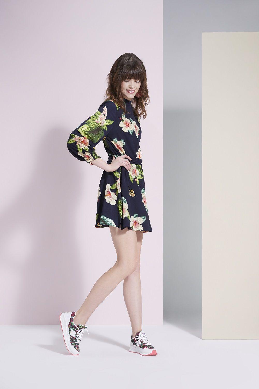 Moda Damska Sukienka W Kwiatki Obuwie Sportowe Sneakersy New Balance Stylizacja Dnia Mini Dress Fashion Dresses