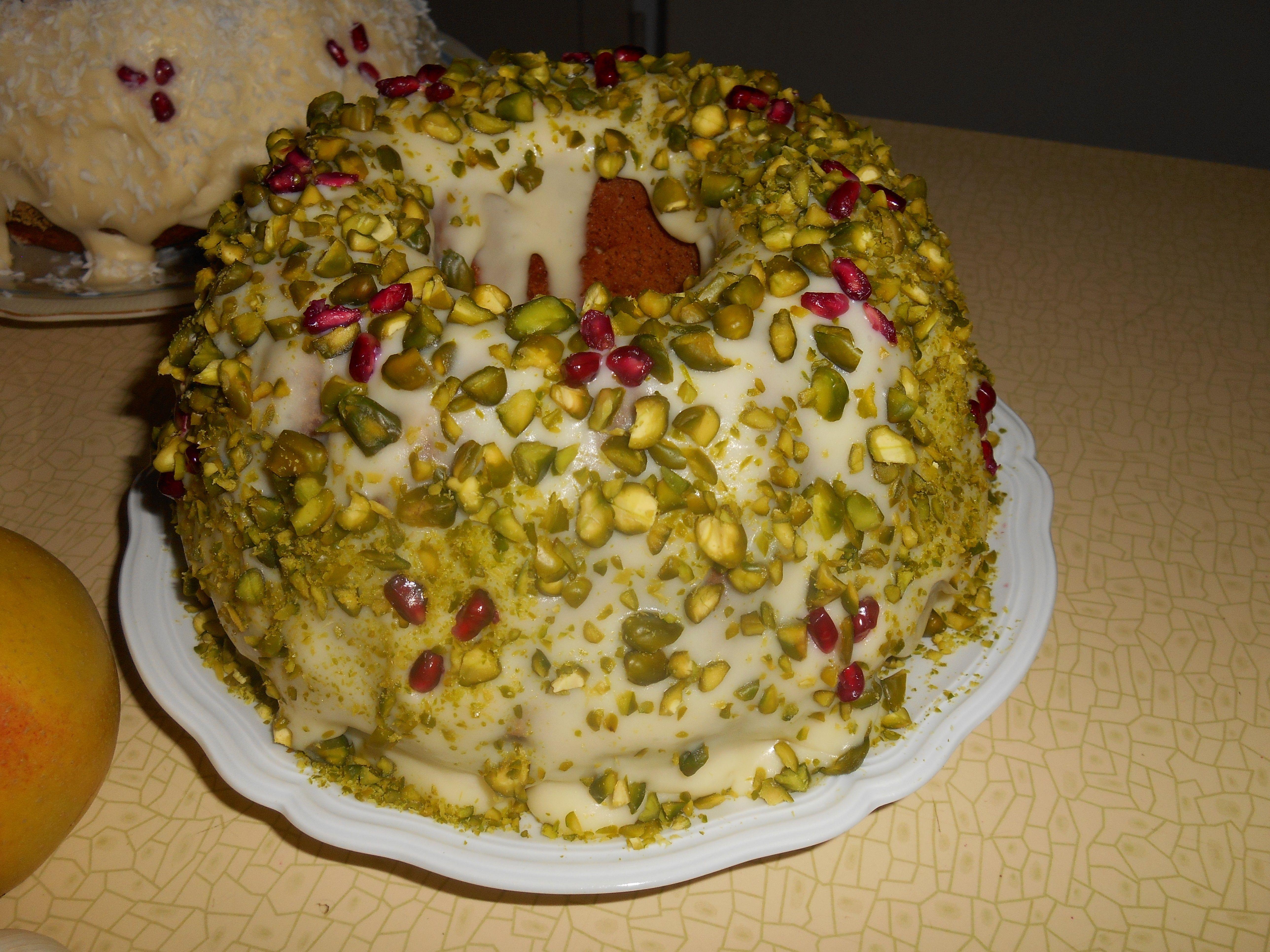 Nouruz Kuchen mit Teig Hermann, Mandeln, Pistazien, Kardamom, Vanille, Zitronenschale, Buttercreme und ein paar Granatapfelkernen
