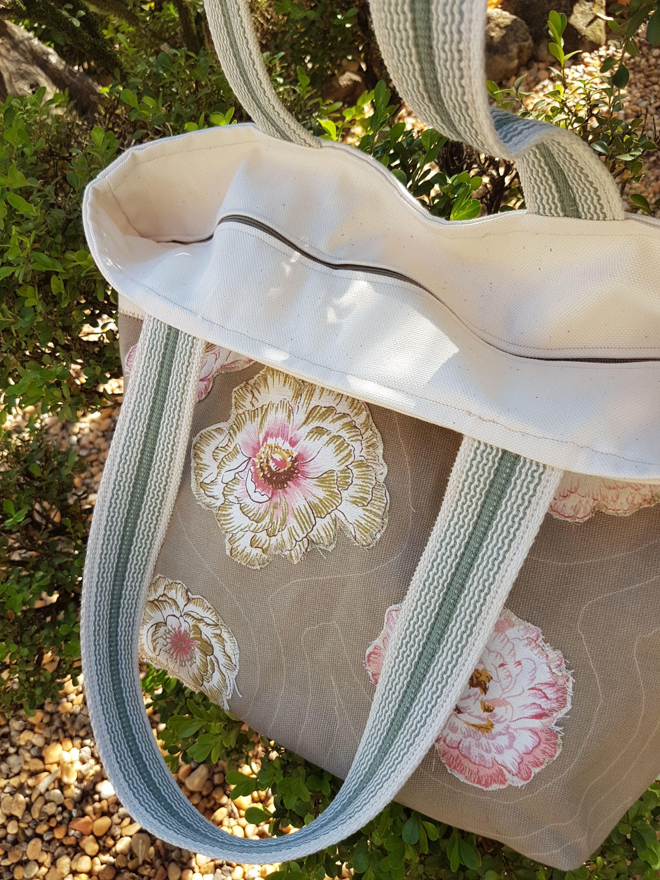 Bolsa de lona feminina. Aplicação em flores. Forrada, com bolso interno e fechamento em ziper. Presente ideal. Dia das mães, professoras