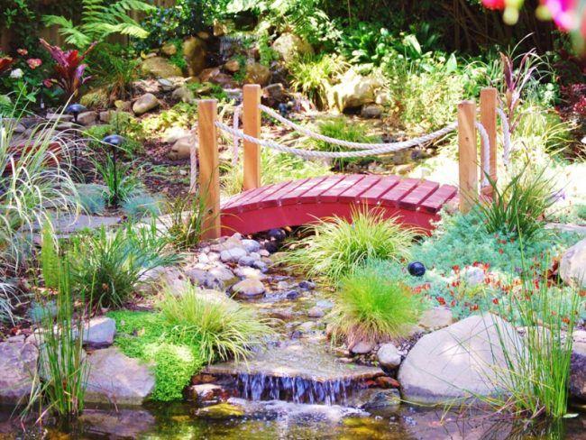 Wasserfall-Bachlauf-Holz-Bruecke-Ideen-Wassergarten Garten