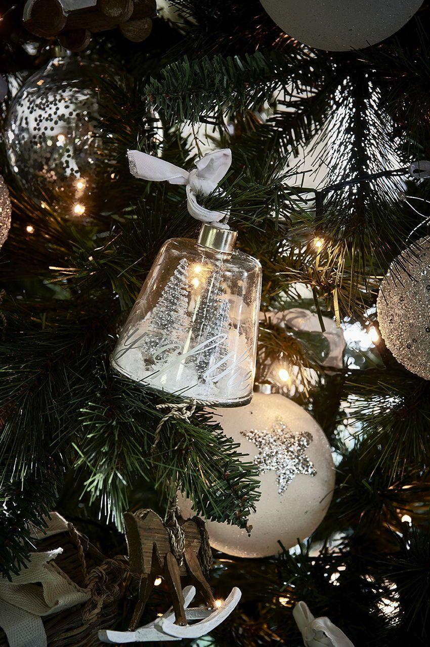 Kerstbal Een Veld Met Glazen Kerstboompjes In Een Glazen Behuizing Volop Witte Kerst Daarbinnen Want Ja Daa Kerstboomversieringen Kerst Woonkamers Kerst