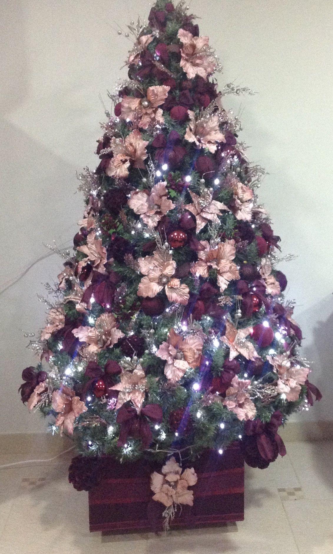 Árvore de Natal com bolas artesanais e flores