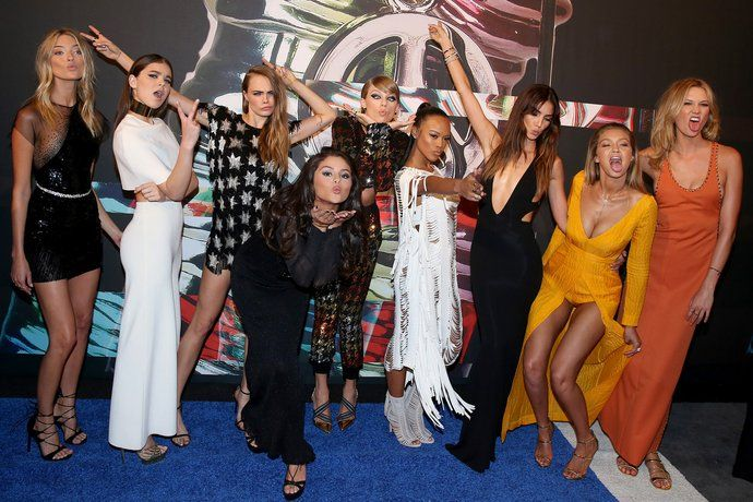 Taylor Swift Brought Her Girl Squad To The V M A Red Carpet Selena And Taylor Taylor Swift Vma Taylor Swift Squad