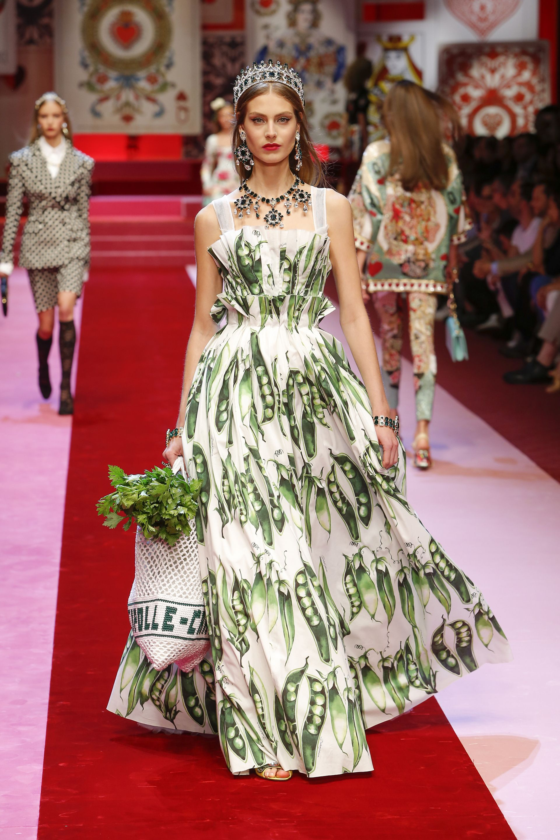 a45a6c274d Discover Videos and Pictures of Dolce & Gabbana Summer 2018 ...
