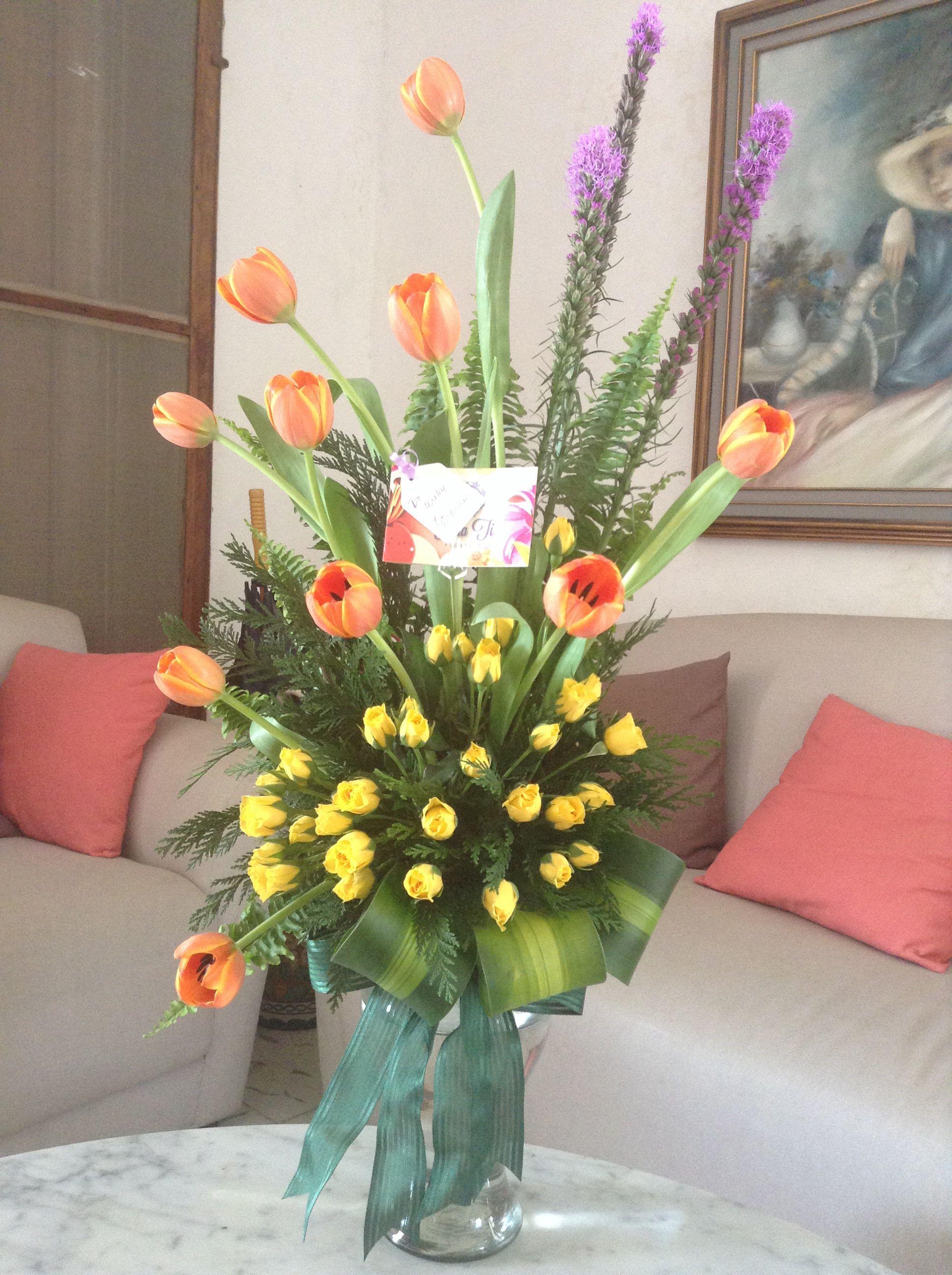 Florero de cristal con tulipanes liatriz y mini rosas - Cristales para mesa ...