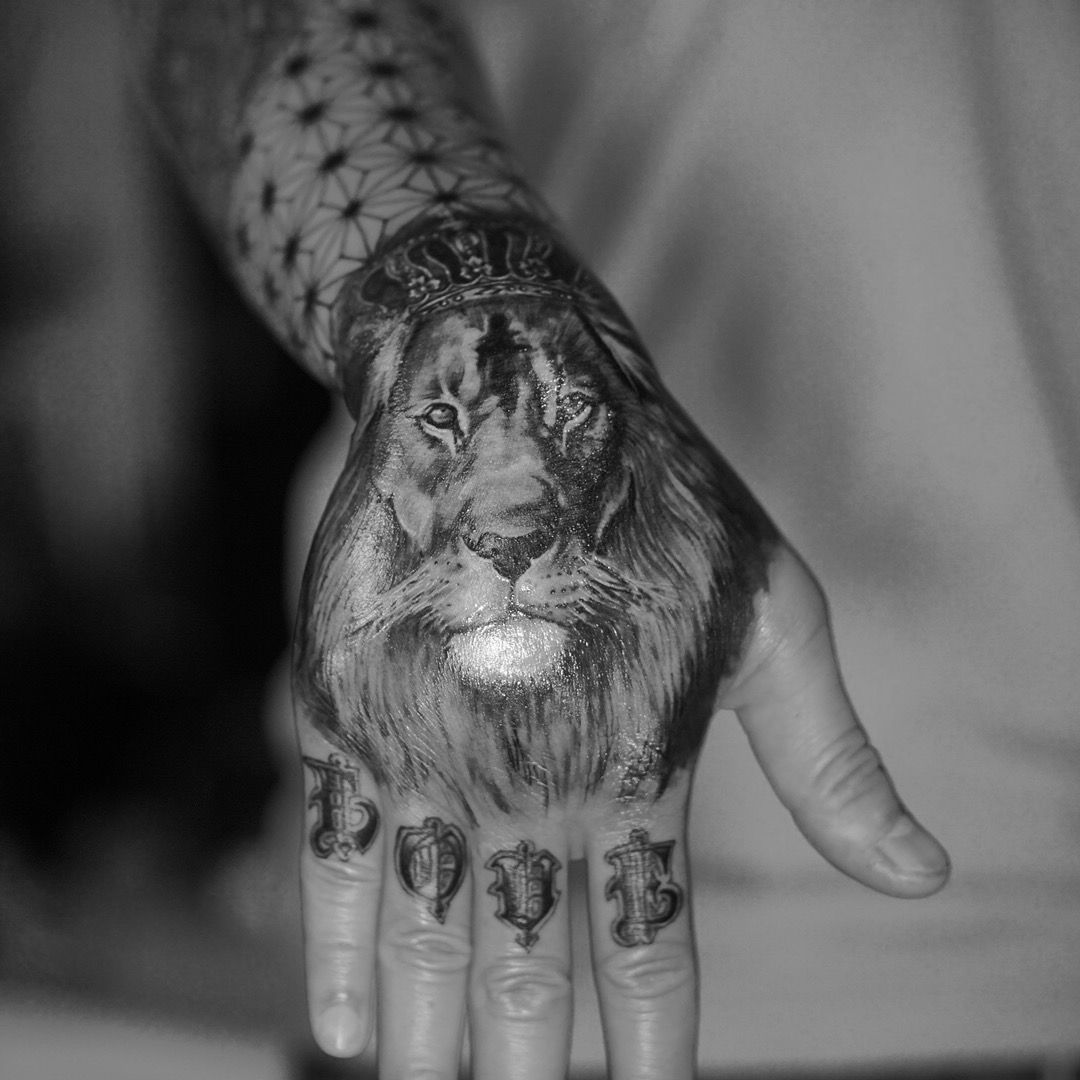 lion l we tattoo hand tattoo finger tattoo with love. Black Bedroom Furniture Sets. Home Design Ideas