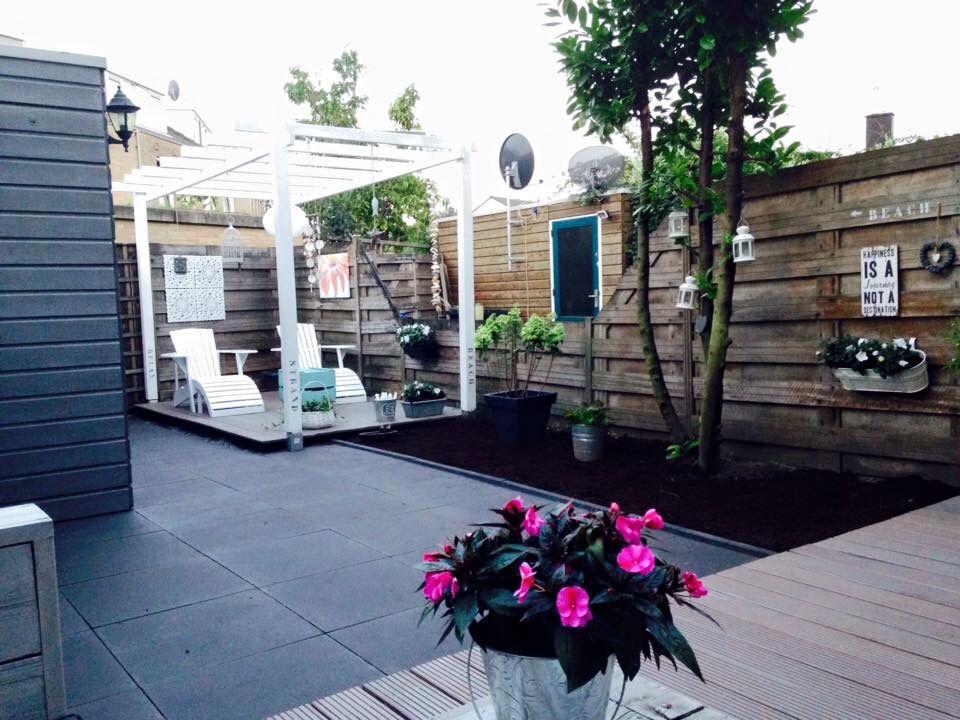 Grijze Tegels Tuin : Onze tuin. twee houten vlonders en antraciet grijze tegels van 60x60