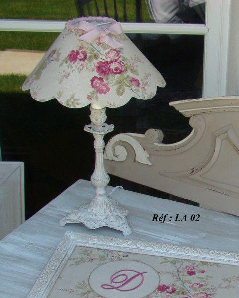 esprit shabby pour cette lampe dont le pied est patin e lin et blanc de voile avec son abat. Black Bedroom Furniture Sets. Home Design Ideas