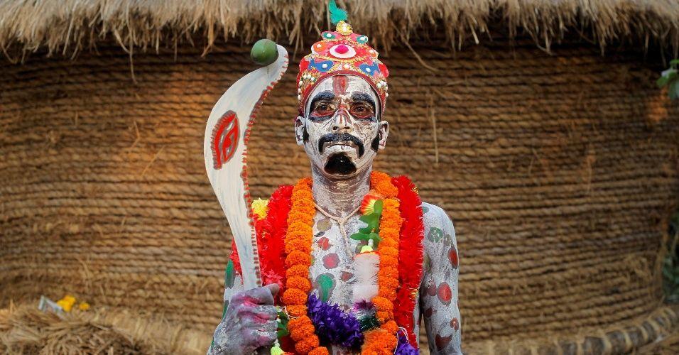 20160411 - Devoto com corpo pintado espera para fazer performance no festival anual Shiva Gajan, na aldeia de Sona Palasi, em Bengala Ocidental, na Índia. No evento, os participantes oferecem sacrifícios na esperança de ganhar favores do deus hindu Shiva e de garantir a realização de desejos. O festival também marca o fim do ano no calendário da etnia bengali Imagem: Rupak de Chowdhuri/Reuters