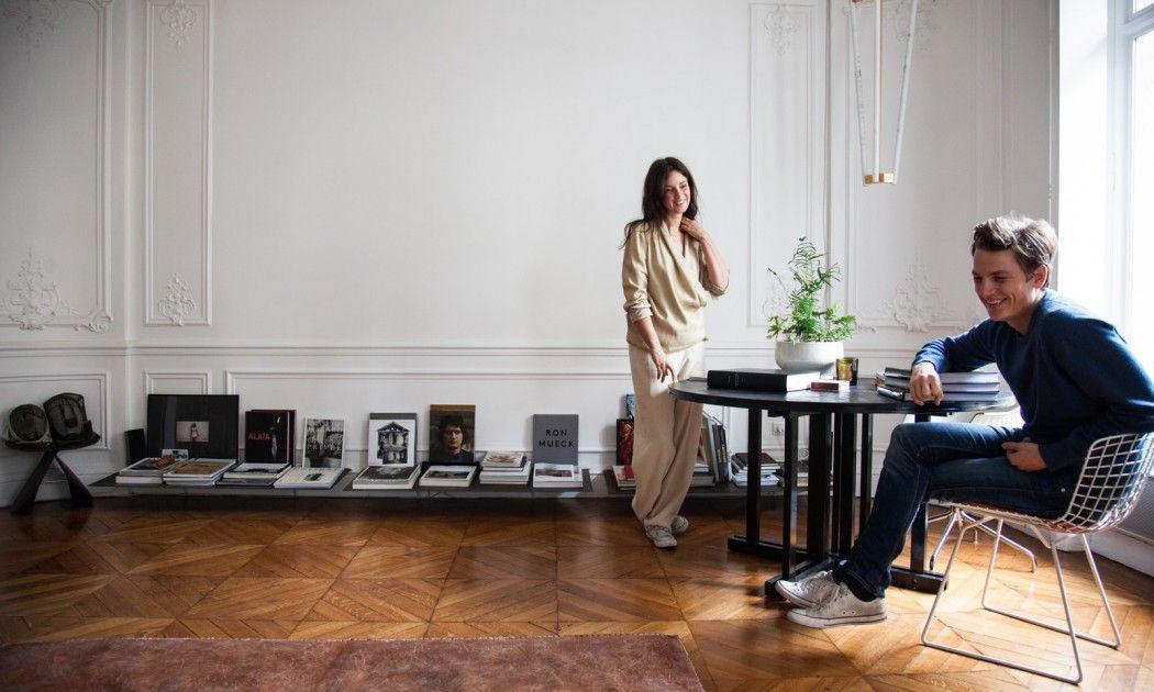 Détail d'un salon avec un coin repas, et une décoration au sol avec des livres, Paris, The Socialite Family.
