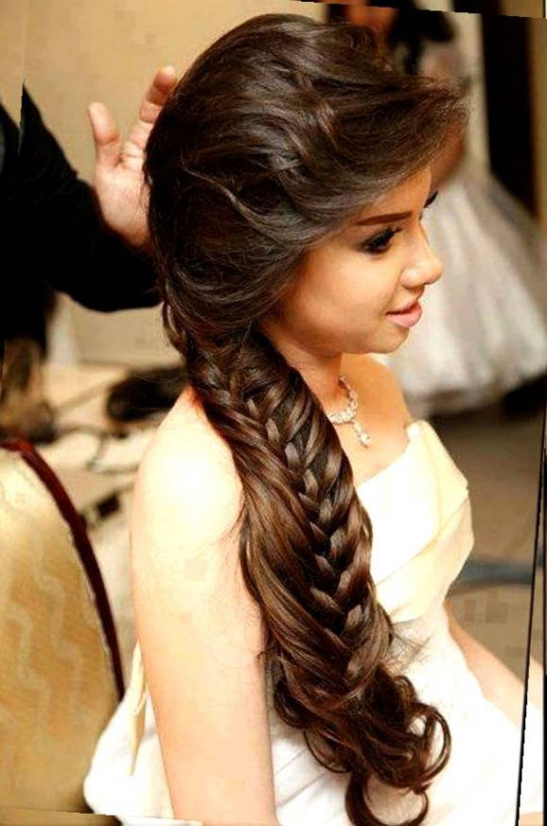 Wedding Hairstyles For Long Faces Minimalist Hairstyles For Long Hair Round Face Indian H In 2020 Long Face Hairstyles Indian Wedding Hairstyles Hair Styles