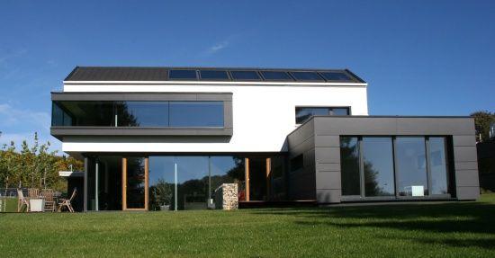 Fassade modern einfamilienhaus  Design-Fertighaus: Kubisches Fertighaus mit Satteldach | Flachdach ...