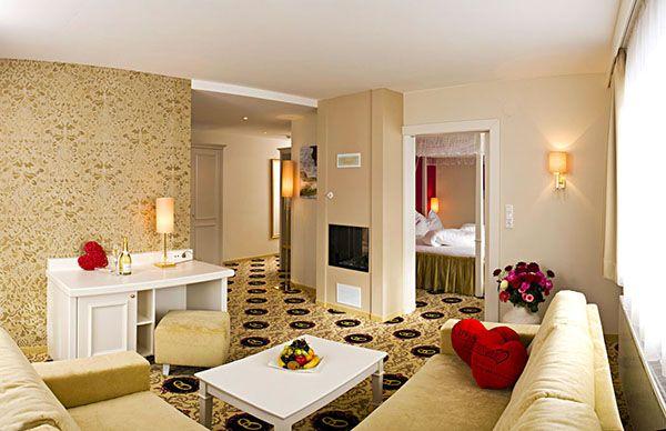 Honeymoon-Suite Wohnzimmer mit Kamin. Im Hintergrund das ...