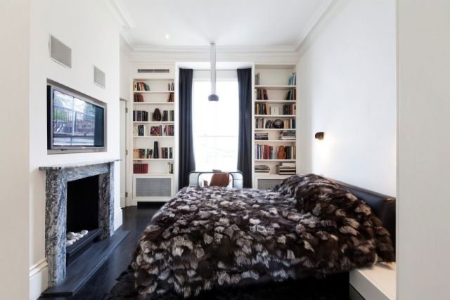 Kleines Schlafzimmer Kamin Wand Fernseher Bucherregale Pelzdecke