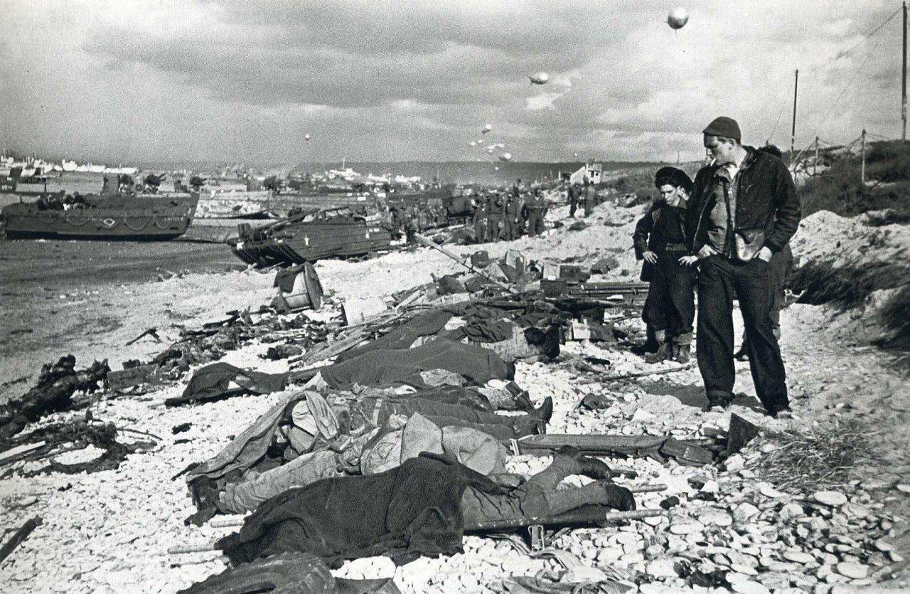 robert-capa-war-photographer-d-day-landings-dead-soldiers.jpg (1280×835)