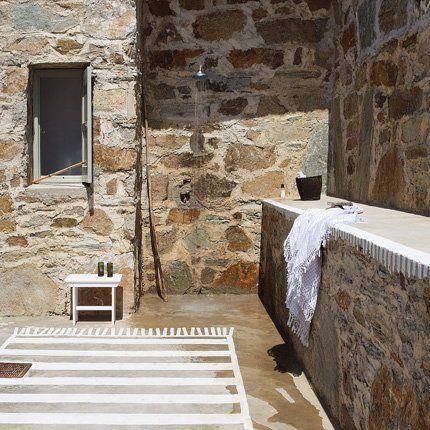 Yes to outside showers Always yes Douches, Extérieur et Marie claire - Cuisine D Ete Exterieure En Pierre