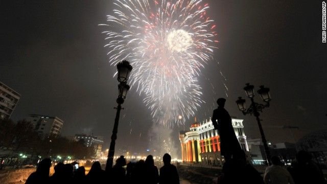 New Year S Eve Dubai Sets Record In Fireworks Blitz New Year S Eve Around The World New Year Celebration New Years Eve
