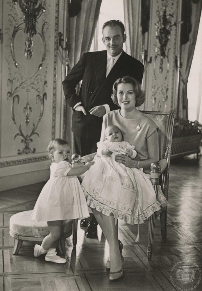 Prins Alberts eigen doop in 1958, met prins Rainier, prinses Gracia en grote zus Caroline.