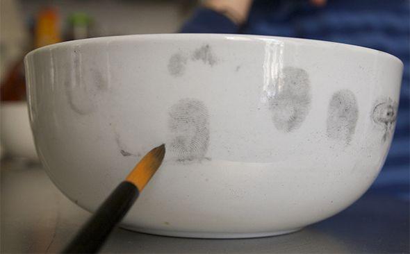 Un caso para mis detectives. Alguien ha envenenado al perro. Con polvo de grafiti encuentran rápidamente las impresiones dactilares del villano. (Truco: Si te pones un poco...