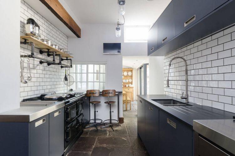 zweizeilige küche kombüse planen tipps ideen gestaltung dunkelblau - dunkelblaue kche