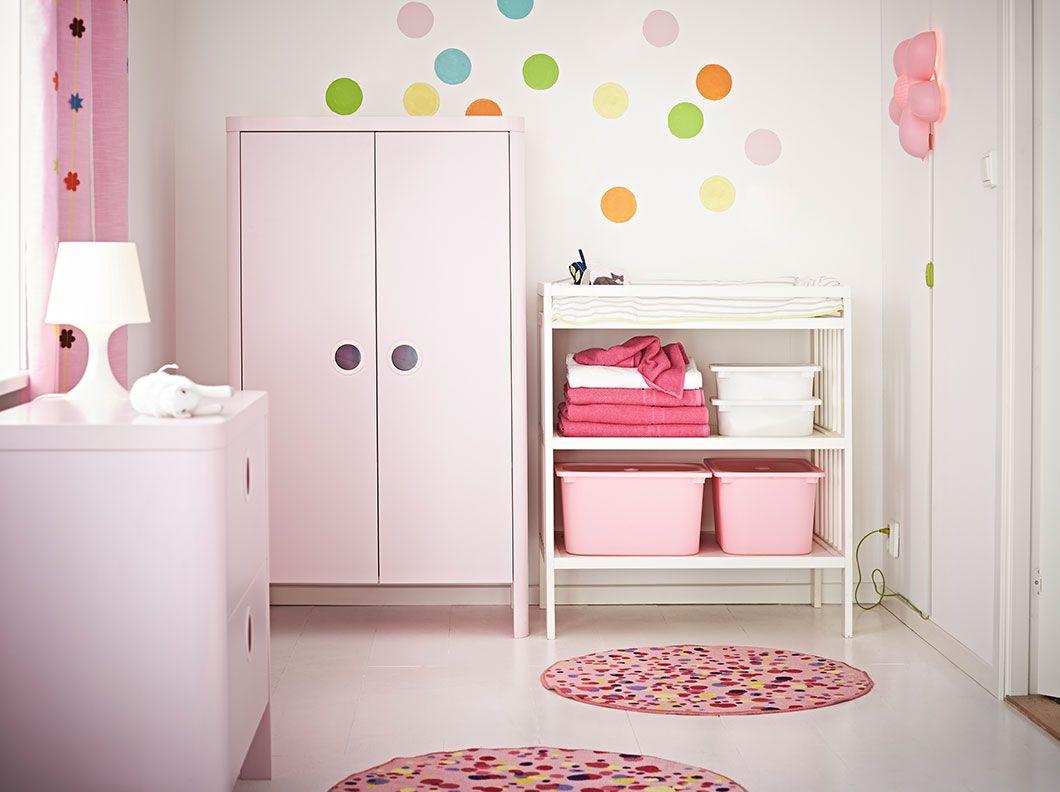 Un armario rosa claro con una c moda y un cambiador a juego nursery en 2019 pinterest - Camerette bimba ikea ...