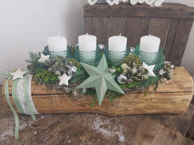 Auf einem alten Balken ruhen 4 Kerzenhalter aus Glas.die weißen Kerzen strahlen mit dem Mintgrünen Stern um die Wette. Hortensien und Kugeln schimmern frisch duftet die Konifere und Buchs.... ein... #weihnachtsdekoglas