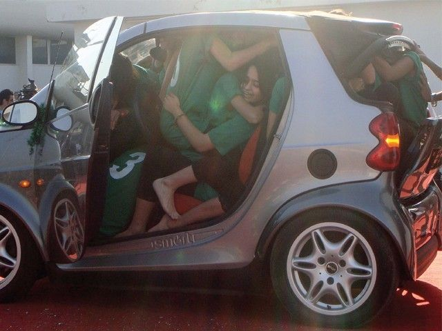 You Ve Probably Wondered How Many People Can Fit In A Smart Car Wonder No More And Share This With Friends Smartcar Worldrecord Didyouknow Facts