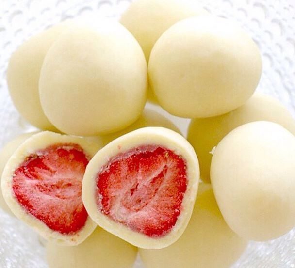 Bevroren aardbeien Inprikken met tandenstoker Dip aardbei in magere yoghurt Leg op bakpapier zonder tandenstoker 1 nacht in de vriezer