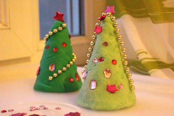 Activité: arbres de noël à décorer [pâte à modeler | Arbres de noël, Pate a modeler et Noel