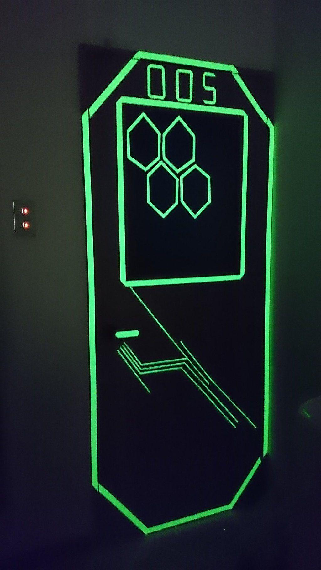 蓄光テープの使い方がわからないのでドアに貼ってみたらサイバーすぎた