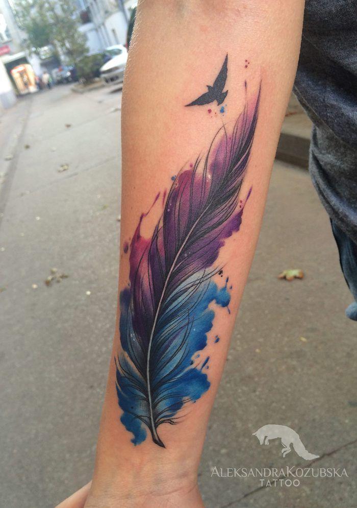 Tattoo Vogel Wasserfarben Tattoo Am Arm Feder Und Fliegender