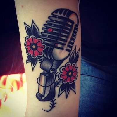 die besten 25 mikrofon tattoo ideen auf pinterest vintage mikrofon musiktattoos und. Black Bedroom Furniture Sets. Home Design Ideas