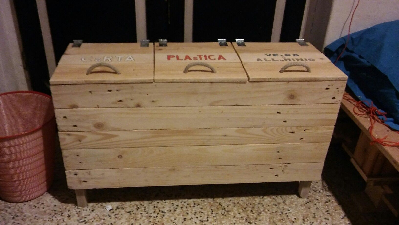 Credenza Per Raccolta Differenziata : Cestino per la raccolta differenziata in legno di pallet the way