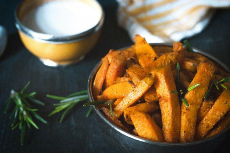 Süsskartoffel-Pommes zubereiten: Rezept + Ideen für leckere Saucen #potatowedgesselbermachen
