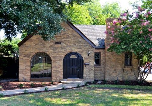 Beautiful And Charmingly Remodeled Tudor In M Streets Of Dallas Texas Marketed By Jordon Zitoun Of Diamond Realty Group Home House 4 Sale Living In Dallas