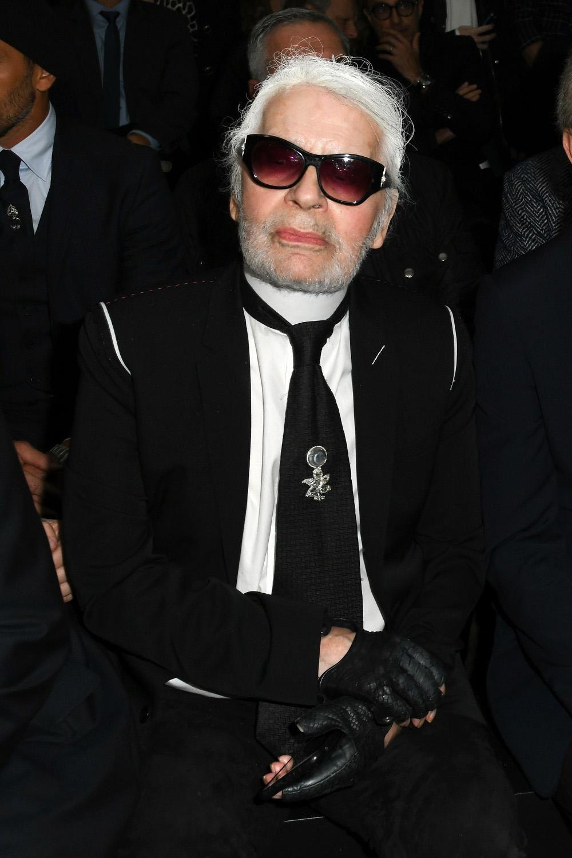 Coup de tonnerre dans la mode   Karl Lagerfeld a abandonné ses lunettes de  soleil - Madame Figaro afbf2fa88aeb
