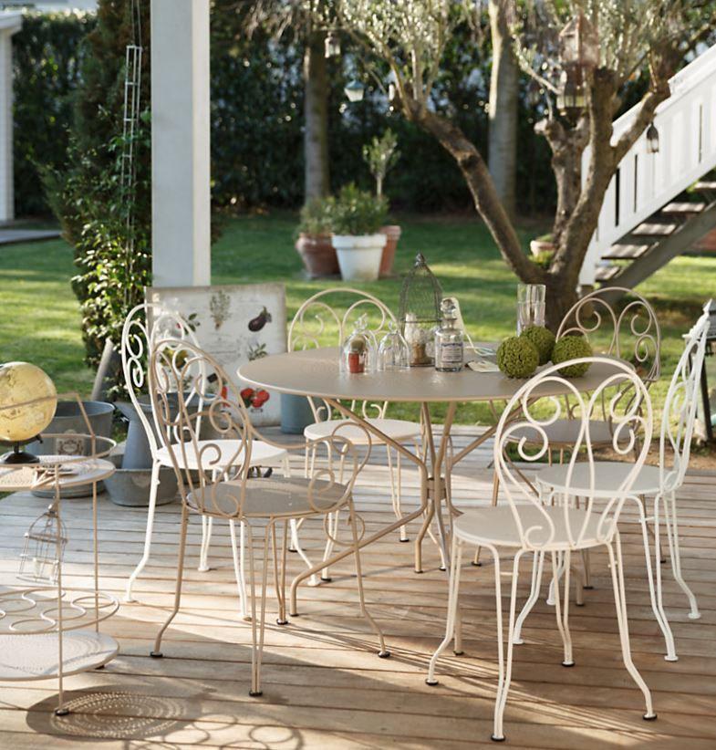 Table à manger ronde et chaise Montmartre de chez Fermob - pour un ...