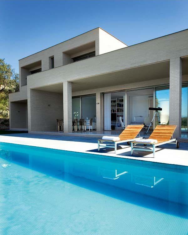 Decoraci n de una casa moderna y contempor nea con una - Patios de casas modernas ...