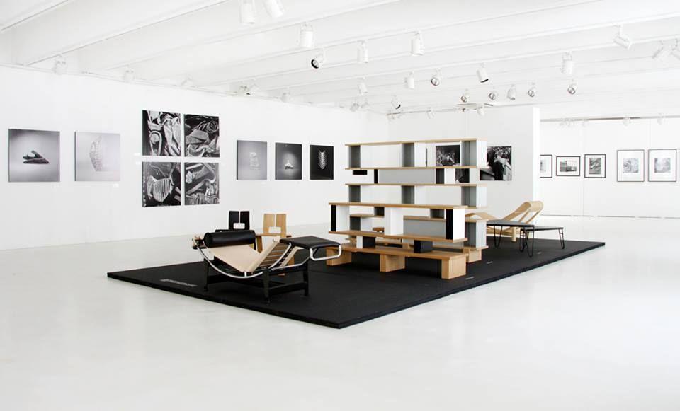 e91ac21acf61 В 1927 году два брата Чезаре и Умберто Кассина начали выпускать скамейки и  столики из дерева. Постепенно ассортимент продукции расширялся, мастерская  ...