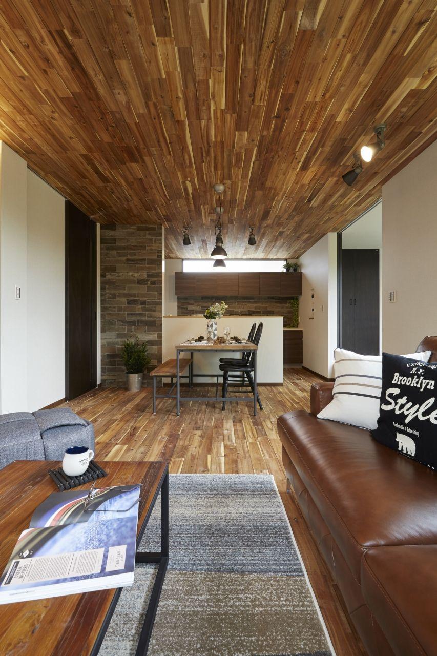天井と床にアカシアの無垢材を使用しました パースが聞いて迫力のある