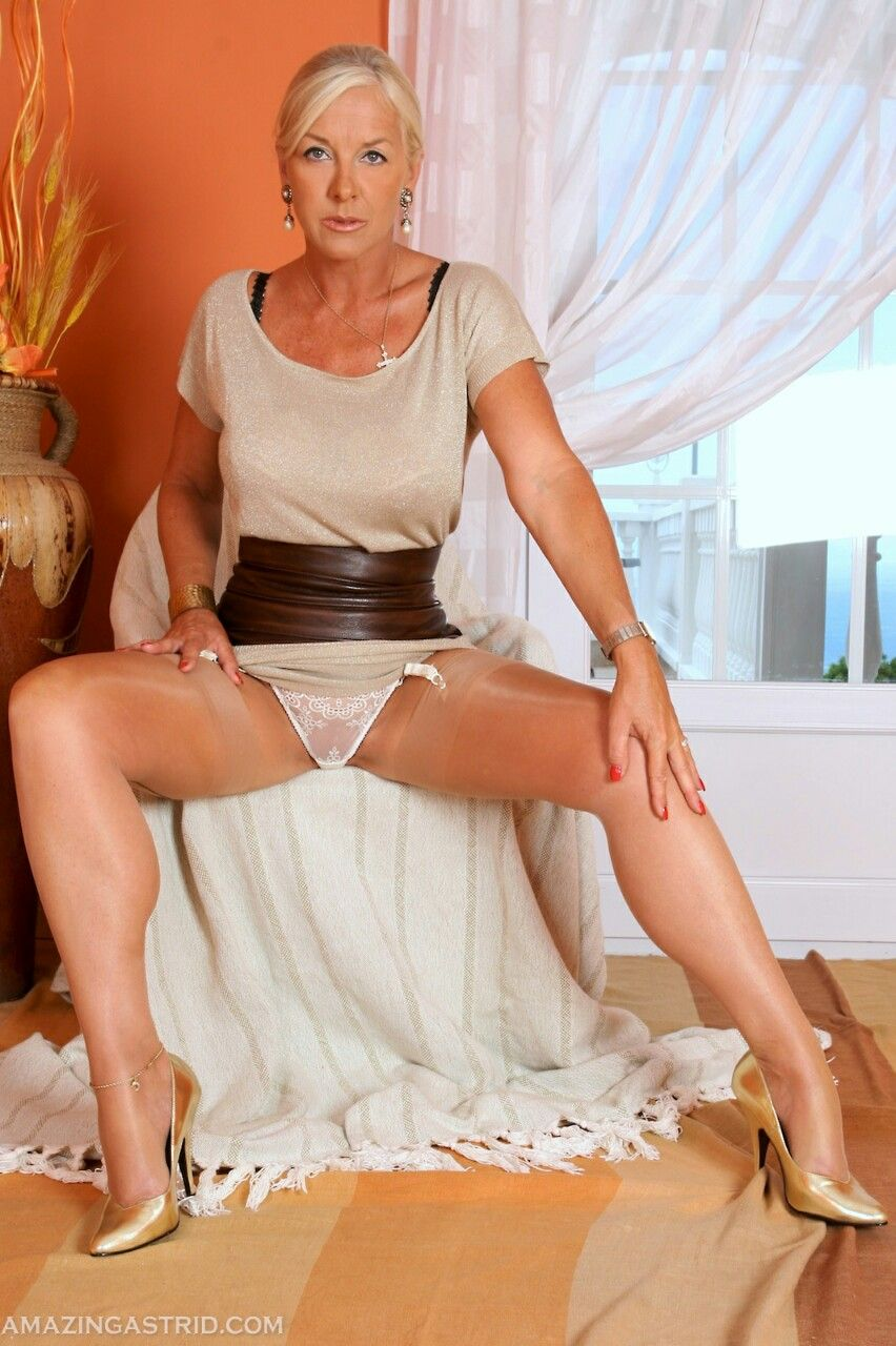 spread leg naked hot middle aged women